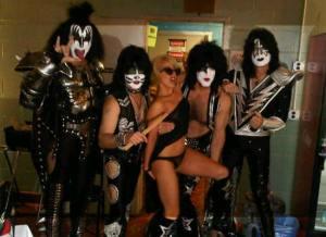 Lady Gaga aparece em trajes mínimos ao lado dos integrantes do Kiss
