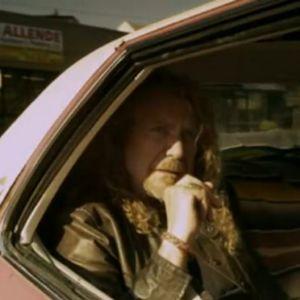 Robert Plant em cena do clipe de Angel Dance