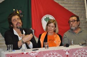Benício Del Toro visita escola do MST