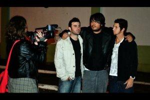 Banda Páginas em Branco sendo entrevistado pela Dani produtora do Programa Na Pilha da TVCom